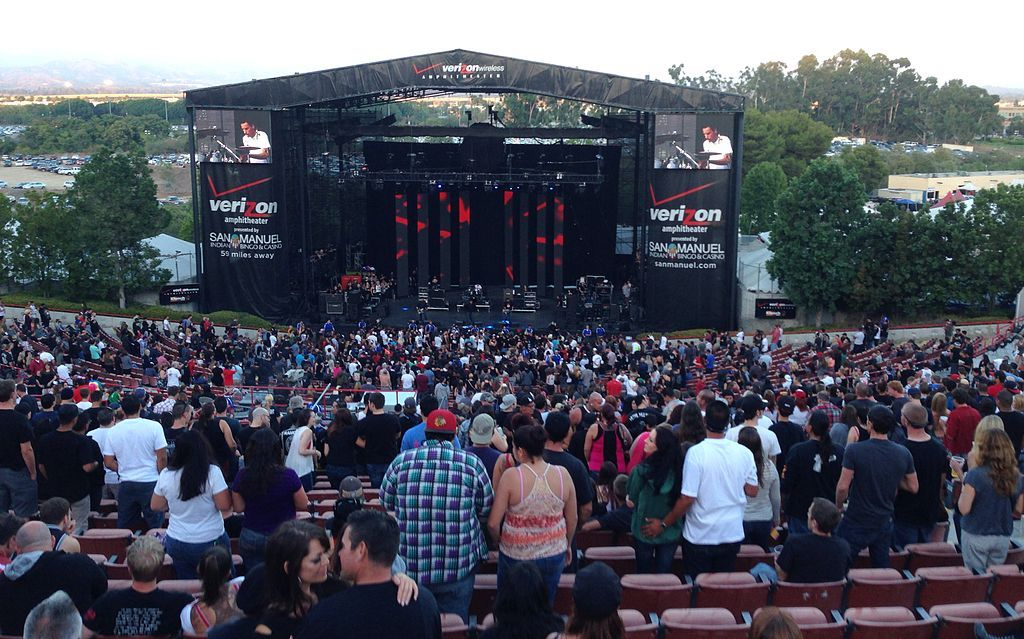 1024px-pennywise_on_stage_during_kroq_epicenter_2013_at_verizon_wireless_amphitheater_formally_irvine_meadows_2013-09-22_18-26.jpg